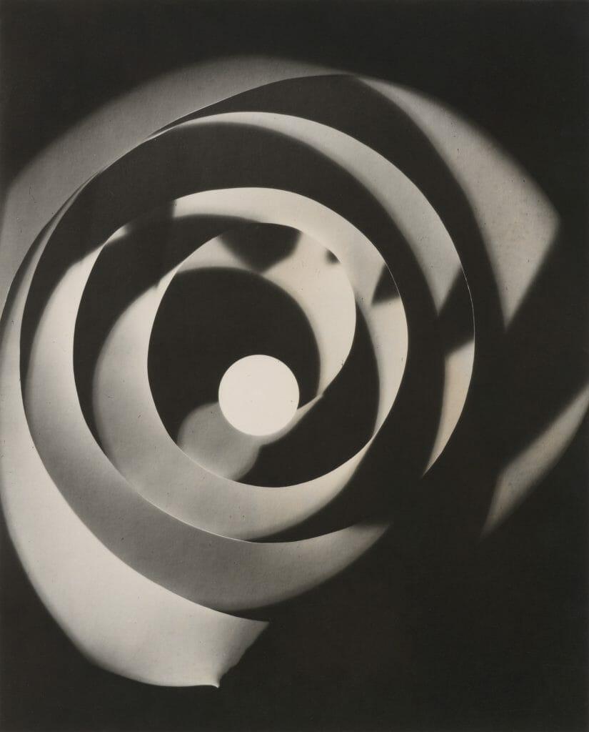 Man Ray (1890–1976), Rayographie (Spirale), 1923 (aus der Mappe Rayographs, 1963), Silbergelatinepapier, Sammlung Siegert, München, Foto: Christian Schmieder © Man Ray 2015 Trust / VG Bild-Kunst, Bonn 2020