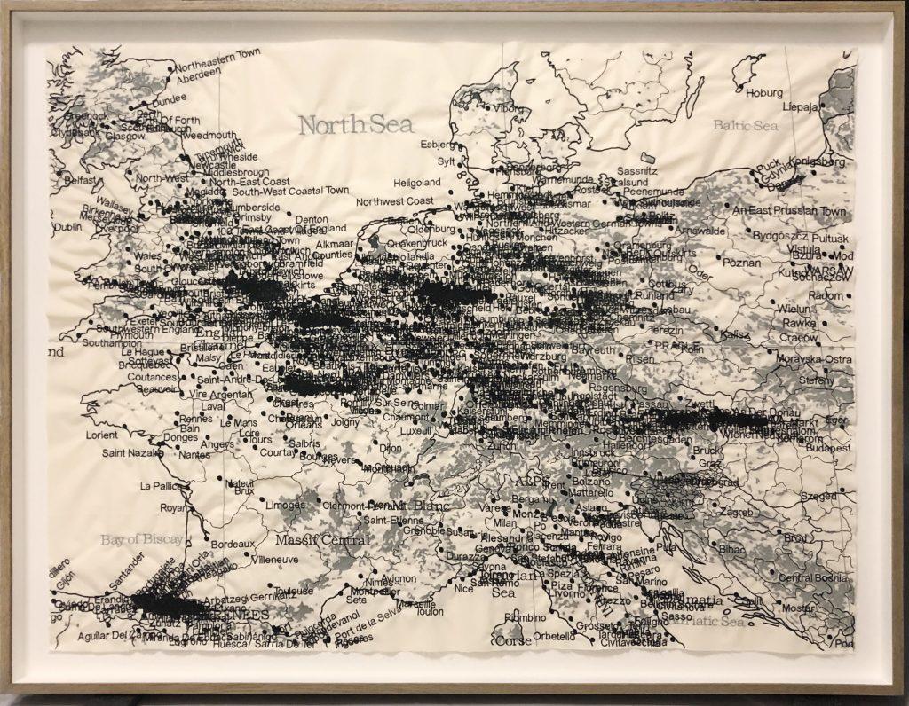 Cristina Lucas, Europa 1945 / Europa 1945, 2017 – 2021, Maschinenbestickter Stoff, Monotypie, aus der Serie Tufting / Tuften , 128 x 95 cm