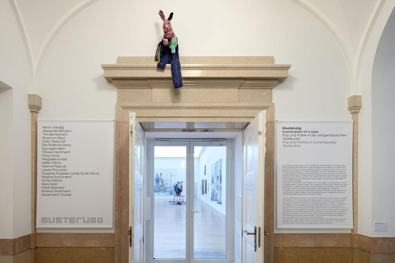 Roland Stratmann, Dead Game Clothing – Hare, 2017, Holz, Draht, Textilien, 103 x 47 x 36 cm, courtesy: the artist, Foto: Kunstsammlungen Chemnitz/Roland Stratmann