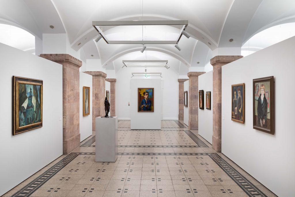 Ausstellungsansicht der zentralen Eingangsachse, Foto: Kunstsammlungen Chemnitz/Alexander Meyer