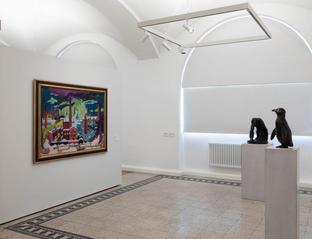 Ausstellungsansicht mit Ernst Ludwig Kirchner: Chemnitzer Fabriken, 1926 und August Gaul: Pinguin, 1914 - 1920 und August Gaul: Großer Affe, um 1895 (beide: Guss 1922), Foto: Kunstsammlungen Chemnitz/Alexander Meyer