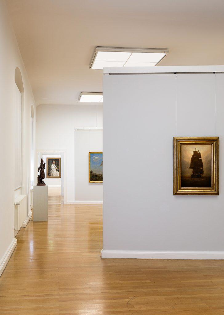 Ausstellungsansicht mit Caspar David Friedrich: Segelschiff, um 1815, Foto: Kunstsammlungen Chemnitz/Alexander Meyer