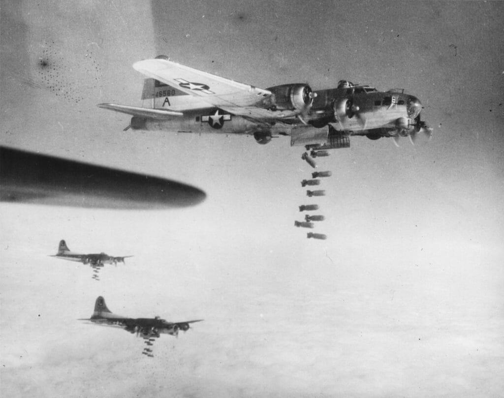 B17 Flying Fortress der 8th USAAF beim Bombenwurf über Chemnitz am 3. März 1945, Kunstsammlungen Chemnitz/Schloßbergmuseum, Sammlung Luftbilder, Foto: Kunstsammlungen Chemnitz/Schloßbergmuseum
