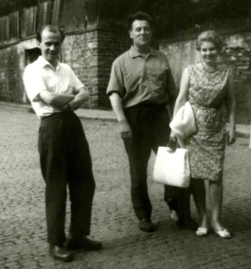 Carlfriedrich Claus, Pierre und Ilse Garnier (v.l.n.r.) im Sommer 1964 in Annaberg-Buchholz vor dem Wohnhaus von Carlfriedrich Claus, Foto: Kunstsammlungen Chemnitz/Stiftung Carlfriedrich Claus-Archiv
