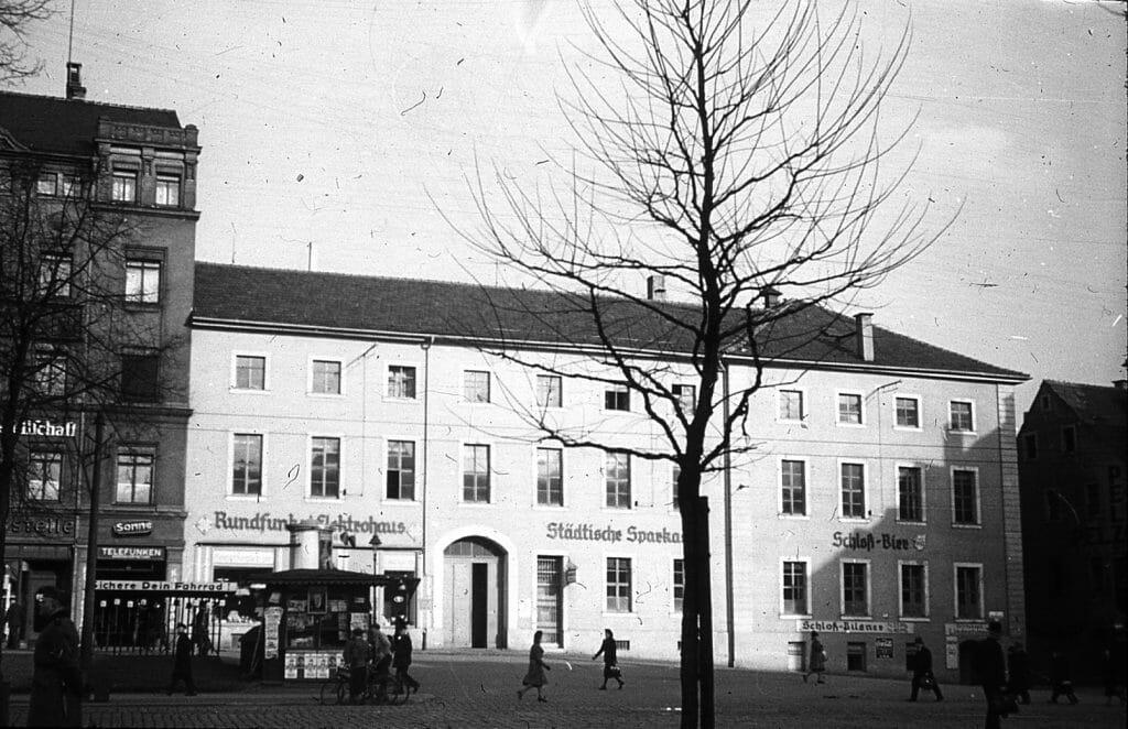Helmut Brückner, Blick aus dem Museum am Theaterplatz auf die Königstraße/Einmündung Lindenstraße, 1944, Kunstsammlungen Chemnitz/Schloßbergmuseum, Sammlung Brückner, Foto: Kunstsammlungen Chemnitz/ Schloßbergmuseum