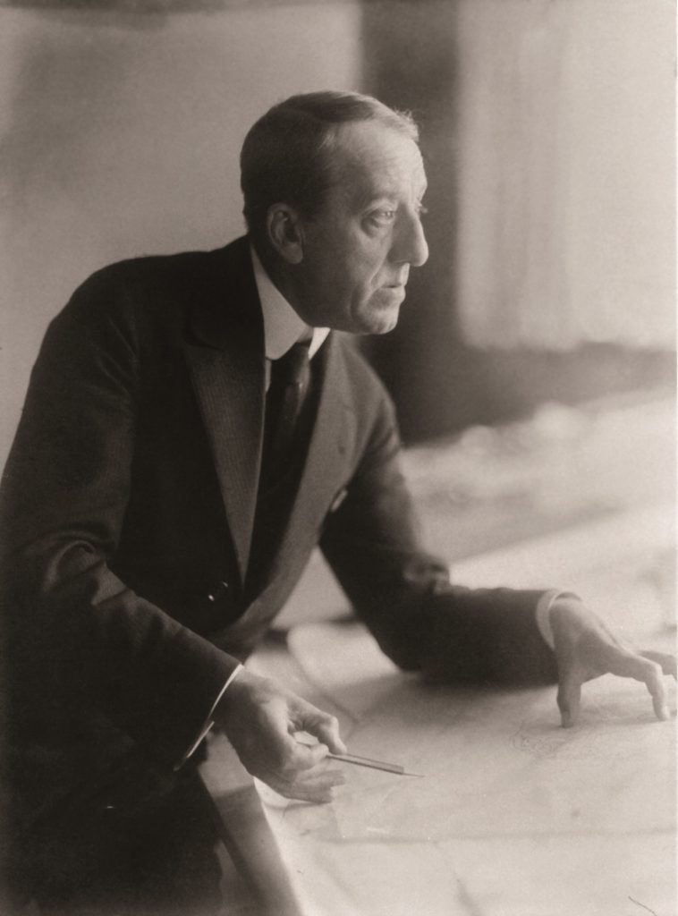 Henry van de Velde in seinem Atelier der Großherzoglichen Kunstgewerbeschule Weimar, 1910, Foto: Louis Held, Privatbesitz Deutschland