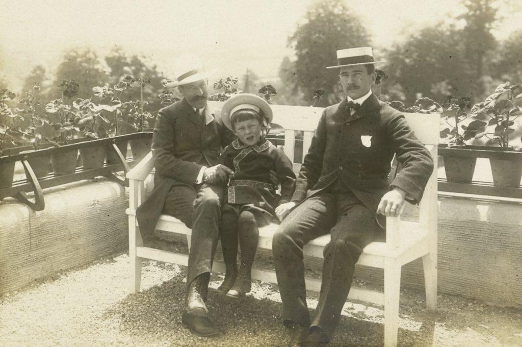 Henry van de Velde und Herbert Esche mit Sohn Hans-Herbert vor der Villa Esche, um 1904, Fotografie, 12 x 16,8 cm, Kunstsammlungen Chemnitz, Foto: Kunstsammlungen Chemnitz/Archiv
