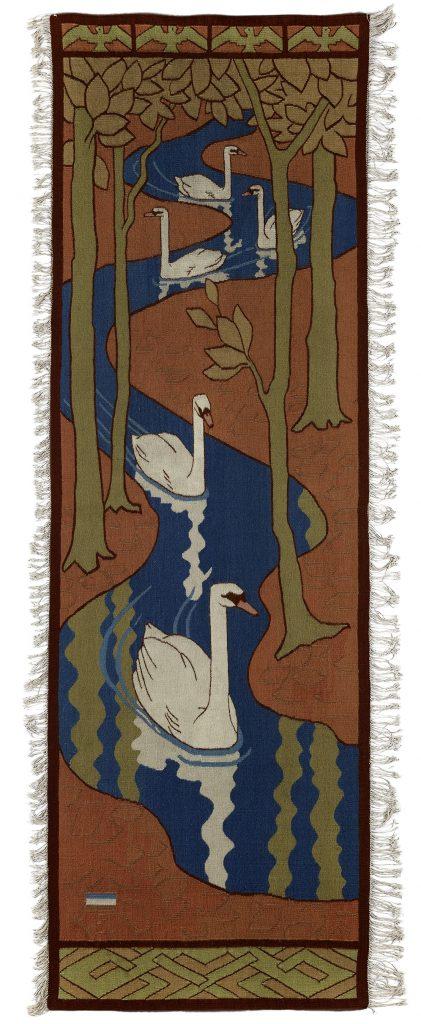 Otto Eckmann (1865–1902), Fünf Schwäne (Pfeilerbehang), 1897, Wirkarbeit, Leinen, Wolle, 238 x 78 cm, Kunstsammlungen Chemnitz, Foto: Kunstsammlungen Chemnitz/PUNCTUM/Bertram Kober