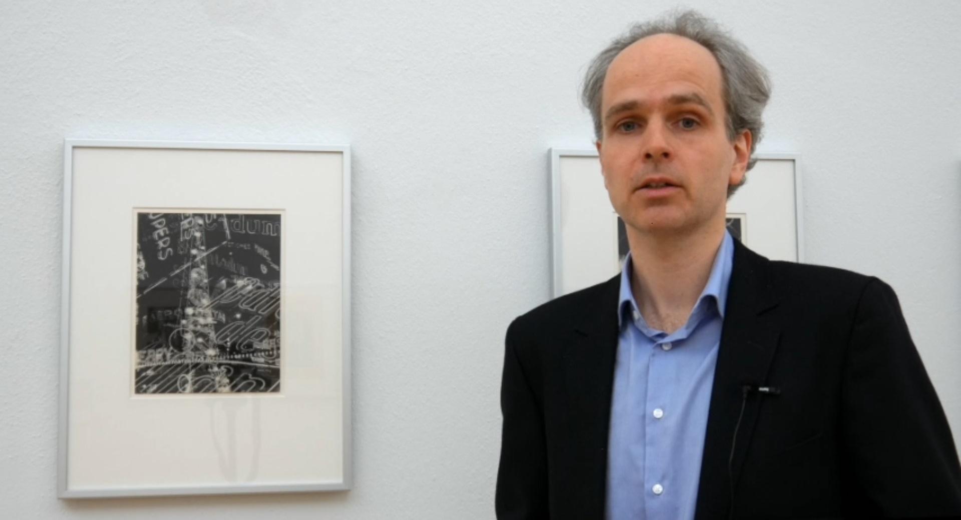 Philipp Freytag, Kurator der Ausstellung »Paris 1930. Fotografie der Avantgarde«, vor Man Rays Werk »La Ville« aus der Mappe »Électricité« (1931)