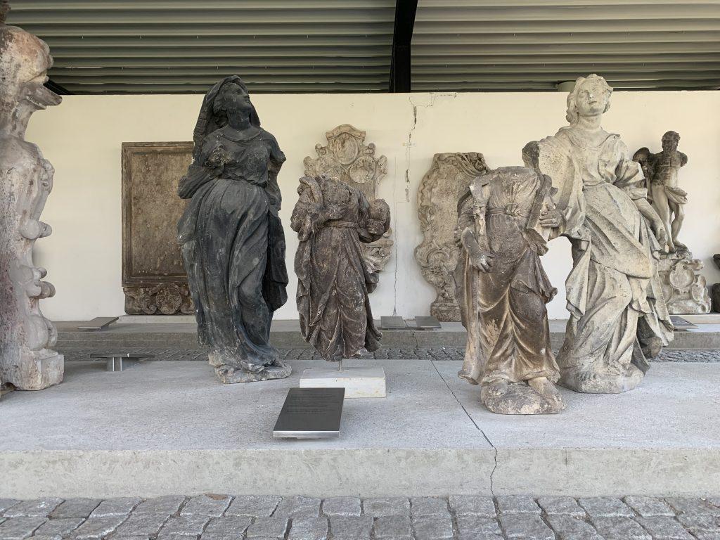 Im Lapdidarium ausgestellte Grabmonumente, Foto: Kunstsammlungen Chemnitz/Schloßbergmuseum