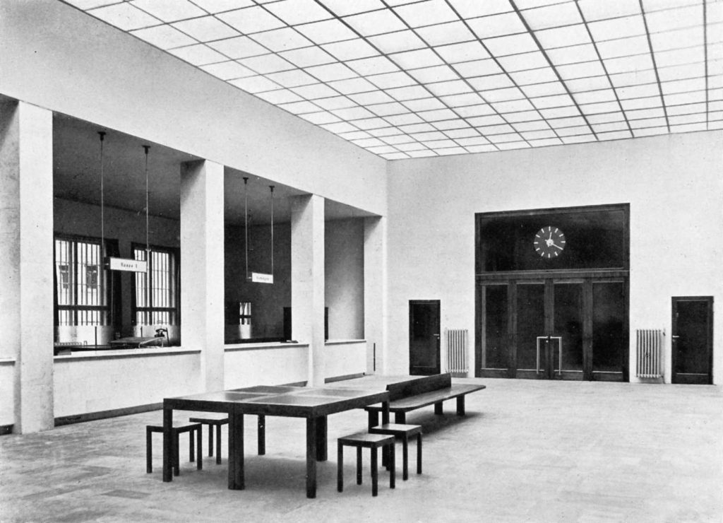 Tagesbelichtete Schalterhalle im ehemaligen Sparkassengebäude, Foto: Kunstsammlungen Chemnitz – Museum Gunzenhauser/Archiv